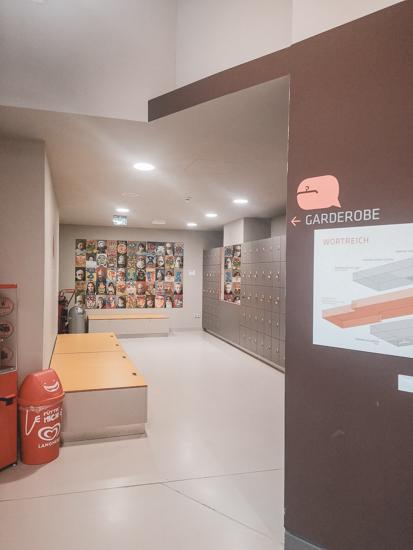 Garderobe im Museum wortreich