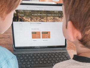 Kinder vor der Die Füchse Website