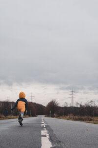 Kind rennt zum Geschichtspfad Dietzenbach