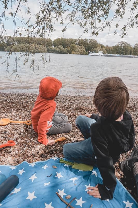 Kinder sitzen am Oppeheimer Muschelstrand