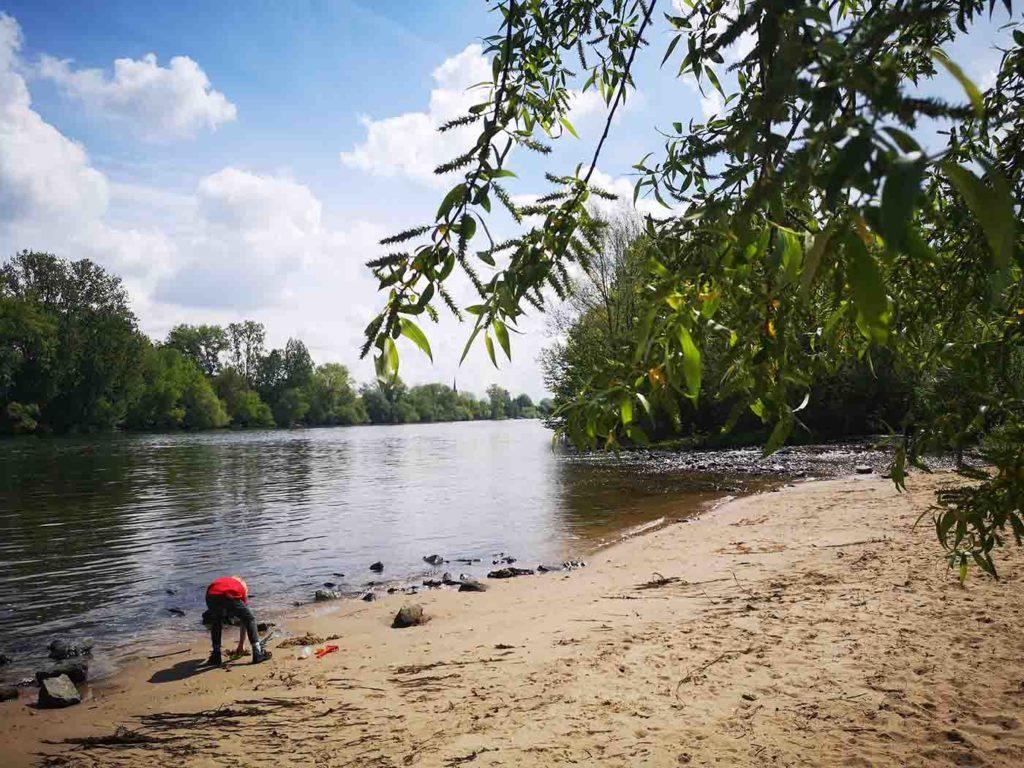 Kind spielt am Sandstrand in Mühlheim am Main